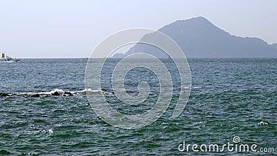 Bergskapets syn på stranden Koijigahama stock video