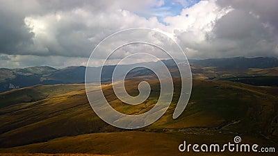 Bergslandskap som rör sig i moln i Carpatiska berget lager videofilmer