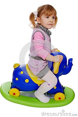 Berijdend de olifantsstuk speelgoed van het meisje