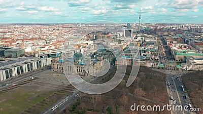 Berlín, Alemania - 28 de marzo de 2019 Panorama de Berlin Brandenburg Gate y de Reichstag Silueta del hombre de negocios Cowering metrajes