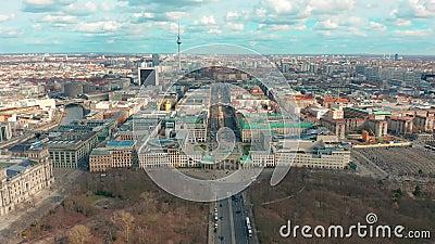Berl?n, Alemania - 28 de marzo de 2019 Opini?n a?rea de Berlin Brandenburg Gate con tr?fico de ciudad almacen de metraje de vídeo