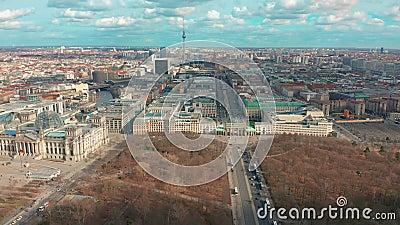 Berl?n, Alemania - 28 de marzo de 2019 Opini?n a?rea de Berlin Brandenburg Gate con tr?fico de ciudad almacen de video