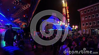BERLIN/ALLEMAGNE - Août 2019 : Des jeunes à une fête foraine à Berlin, en Allemagne banque de vidéos