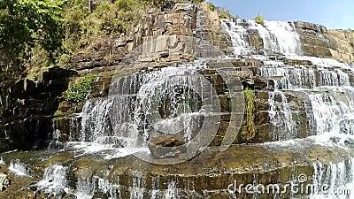 ?berraschender Pongour-Wasserfall ist ber?hmt und vom Fall in Vietnam am sch?nsten Unweit von der Dalat-Stadtschätzung 50 Kilomet stock video footage