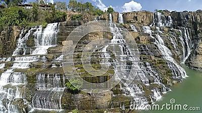 ?berraschender Pongour-Wasserfall ist ber?hmt und vom Fall in Vietnam am sch?nsten Unweit von der Dalat-Stadtsch?tzung 50 Kilomet stock video footage