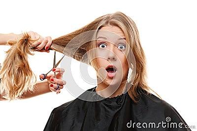 Überraschte Frau mit dem langen Haar und den Scheren