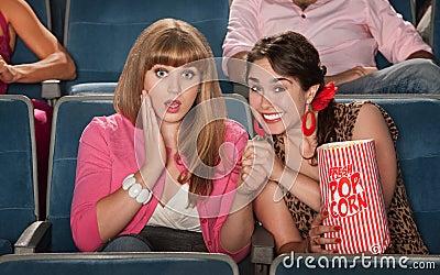 Überraschte Frauen im Theater