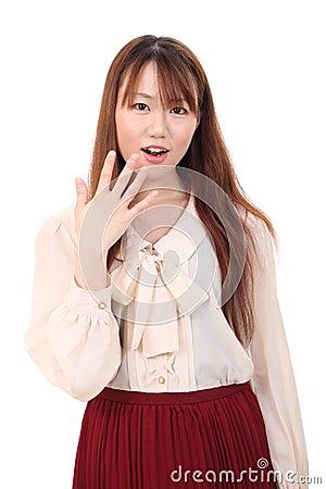 Überraschte junge asiatische Frau