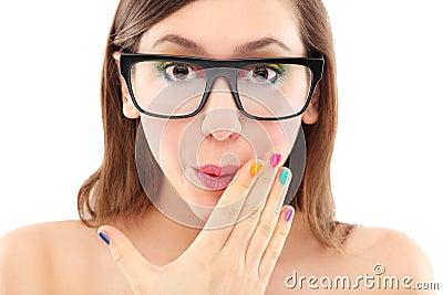 Überraschte tragende Gläser der Frau
