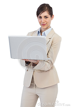 Überzeugte Geschäftsfrau mit Laptop