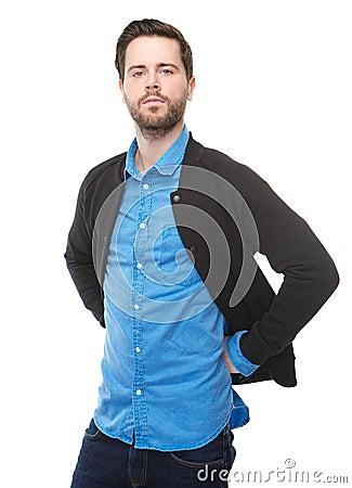 Überzeugter junger Mann, der gegen lokalisierten weißen Hintergrund steht