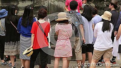 Besökaren lyssnar deras turist- handbok arkivfilmer
