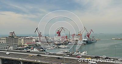 beschäftigter Stadtverkehr 4k auf Überführung, Containerbahnhof, Qingdao-Porzellan stock footage