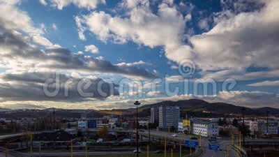 Beschleunigte Bewegung der Wolken im blauen Himmel über der Stadt stock footage