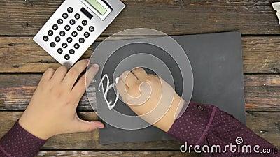 Beschneidungspfad eingeschlossen Mann schreibt das Wort GESCHÄFT mit Kreide auf eine Tafel stock footage