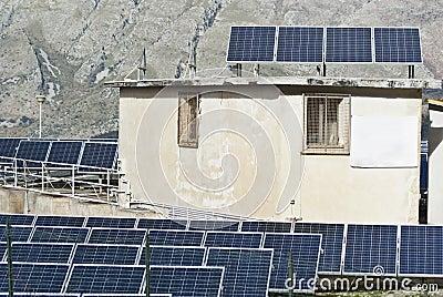 Beskåda av sol- paneler i de Madonie bergen