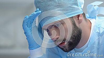 Besonnener männlicher Arzt in Schutzuniform, verantwortungsbewusster Entscheidung, Notfall stock video