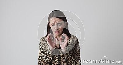 Besorgnis erregende Frau schreiend wegen drohender Gefahr stock video