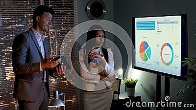 Bespreking van bedrijfs de mens en vrouw over de oorzaken van de economische crisis van het bedrijf stock footage
