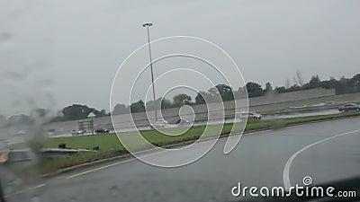 Bestuurdersstandpunt op regenachtige onramp aan snelweg 401 in Toronto stock footage