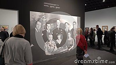 Besucher zur Ausstellung von Arbeiten durch surrealistischen Künstler Rene Magritte stock footage