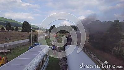 Betäubungsantenne 4k der Dampfmaschine bilden Wagen und Lokomotive mit Hauchen aus stock video