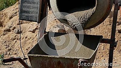 Beton wird in einem Betonmischer in Nahaufnahme gemischt stock footage