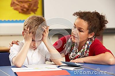 Betonter Schüler, der im Klassenzimmer studiert