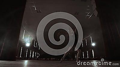 Bevallige Ballerina in Witte Kledings Dansende Elementen van Klassiek of Modern Ballet in Dark met stock footage