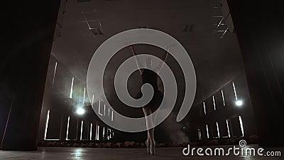 Bevallige Ballerina in Witte Kledings Dansende Elementen van Klassiek of Modern Ballet in Dark met stock video