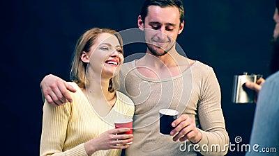 Bevanda della gente su un fondo nero Azienda allegra alcool Riunione Vecchi amici di riunione video d archivio