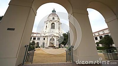 Bewölkte Bewegungsansicht des Nachmittages von schönen PasadenaRathaus in Los Angeles, Kalifornien stock video footage