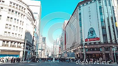 Bewegungszeitversehen 4K UHD von Überfahrt Ginza 4-Chome mit gedrängtem Leute- und Autoverkehr über der Straßenkreuzung stock footage