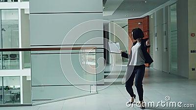 Beztroski urzędnik wtedy rzuca skoroszytowego oddalonego i relaksującego poruszającego ciało tanczy w kuluarowym mienie papierze  zdjęcie wideo