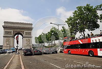 Bågbussen de paris som ser sight, turnerar triomphe Redaktionell Arkivfoto