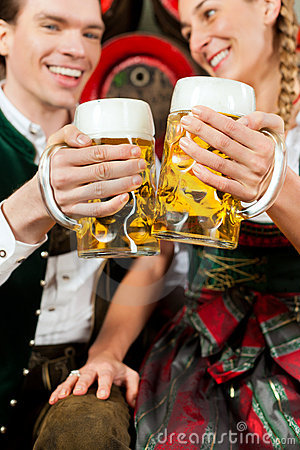 Bière potable de couples dans la brasserie