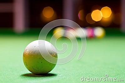 Biała bilardowa piłka