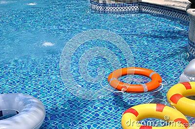 Bóia de vida colorida na piscina