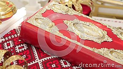 Bibel in der roten Abdeckung stock footage