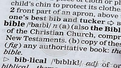 Biblia, lápiz que señala palabra en el vocabulario, libro cristiano principal, creencia en dios almacen de metraje de vídeo