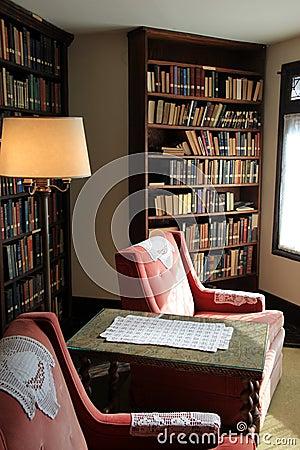 Bibliotecas e cadeiras bonitas na sala de estar, mansão dos ...