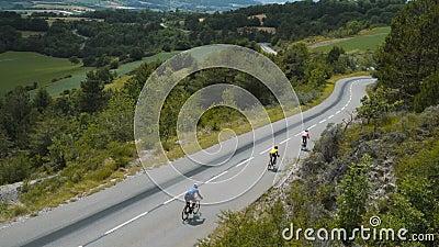 Bicicleta en carretera vacía, ciclismo de alta velocidad Deportistas almacen de metraje de vídeo