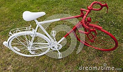 Bicicleta roja y blanca vieja