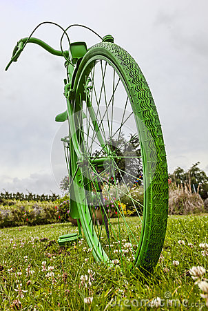 Bicicleta verde vieja