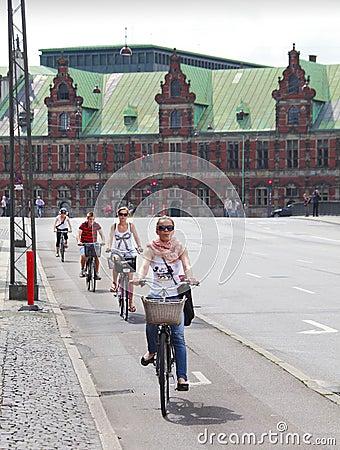 Bicicletas da equitação dos povos Foto Editorial