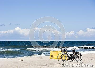 Bicicletas em uma praia