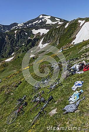 Bicicletas en las cuestas de la montaña Foto editorial