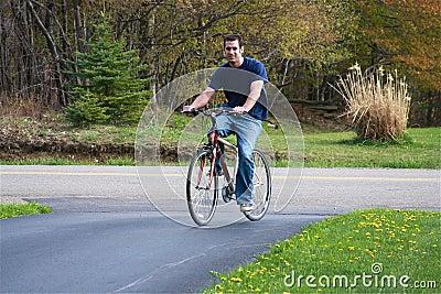 Bicicletta di guida dell uomo