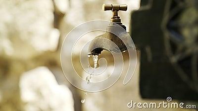 Bico de água de cobre na rua video estoque