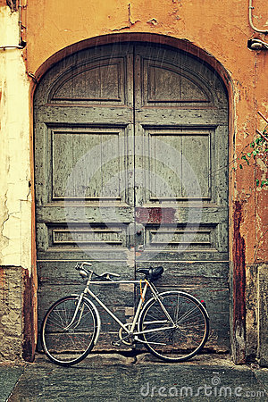 Free Bicycle Against Old Wooden Door. Stock Photo - 36934980